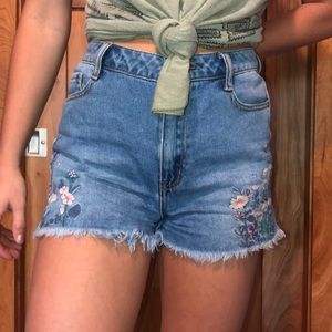 Jean shorts w/embroider flowers